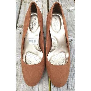 NWT Dexflex faux suede shoes tan sz 6 1/2 vegan